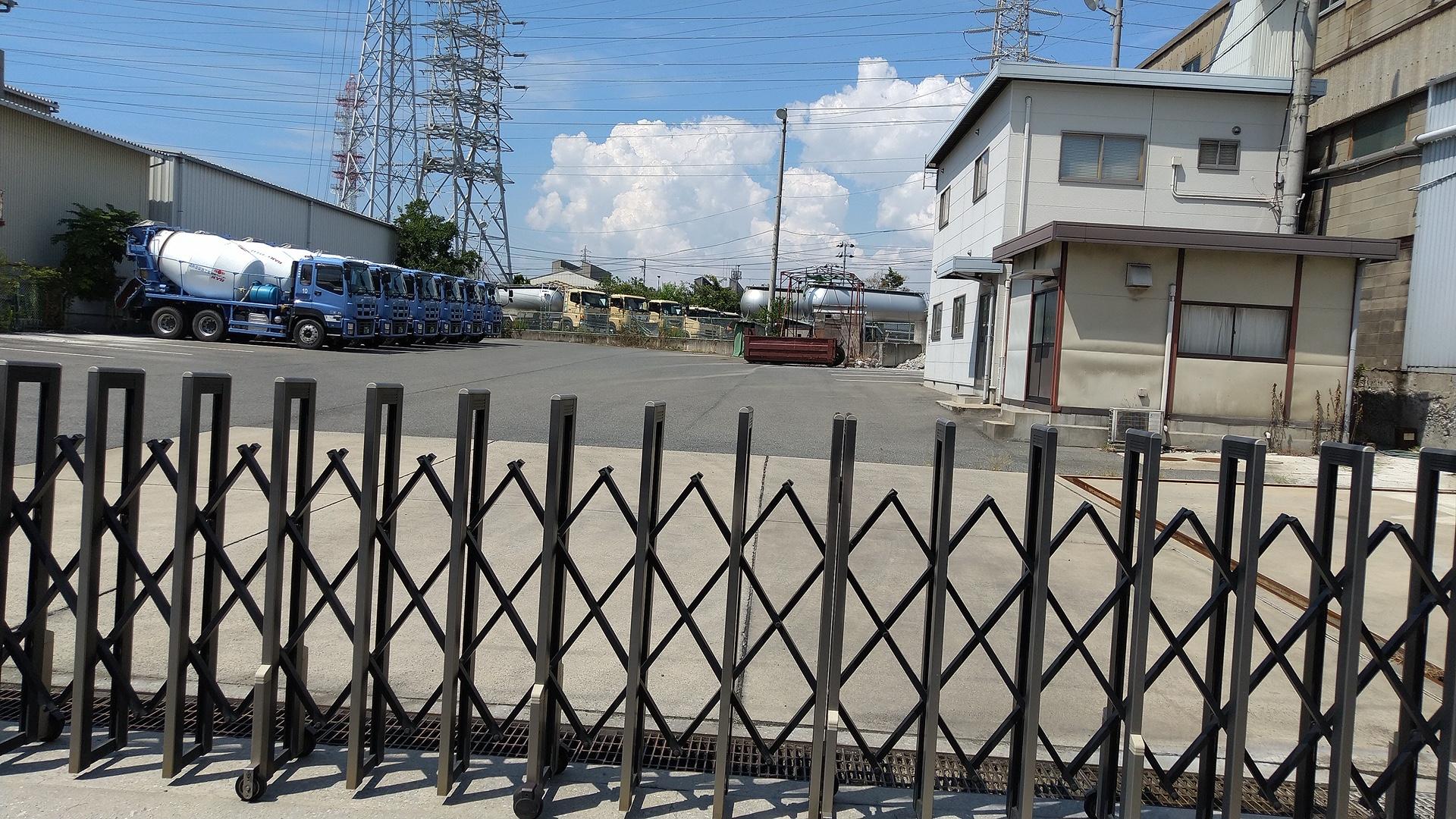 兵庫県尼崎市にある、連帯系輸送業者<近酸運輸株式会社>の入口付近(画像上・下)。