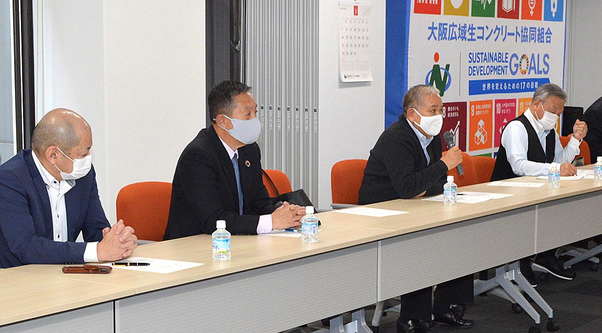 挨拶を行う一般社団法人西日本建設関連オーナー会会長の菅生行男氏(写真中央)